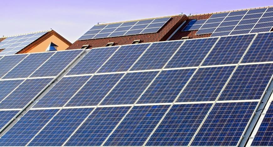 Installazione e gestione di asistema energetico con pannelli solari e accumulatoe