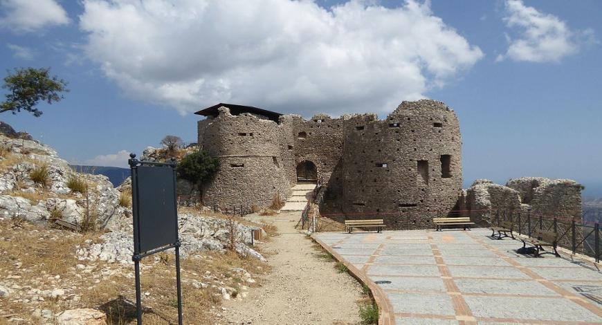 Malta: restauro e ricostruzione di muri di macerie